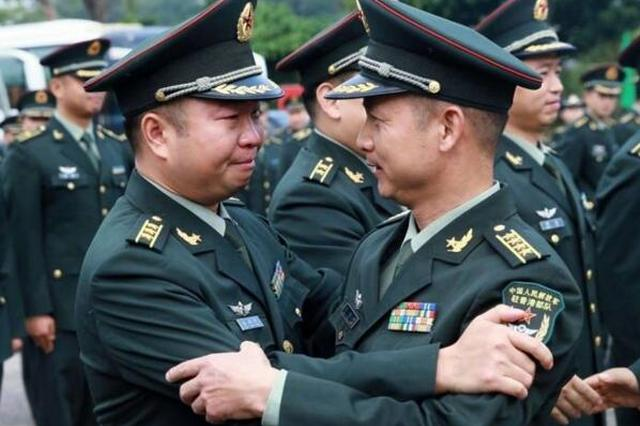 解放军驻港部队200余名陆海空军官完成轮换