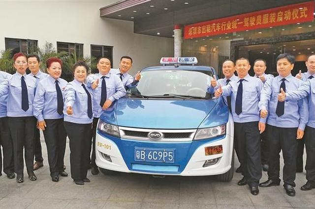 深圳的哥的姐将统一服装  穿浅蓝色衬衣和深蓝色领带