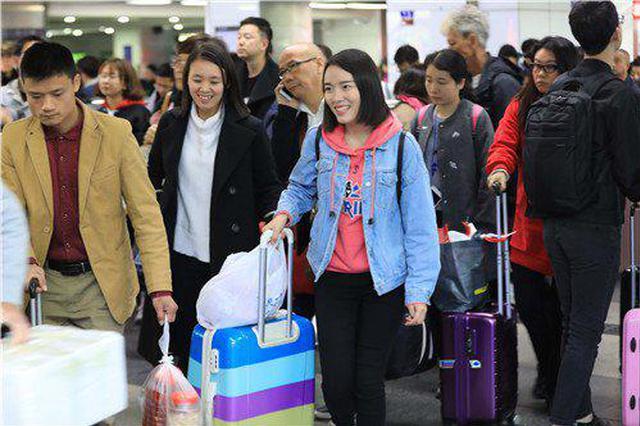 ▲在深圳罗湖火车站,背着行囊,拎着大包小包返深的外来劳务工