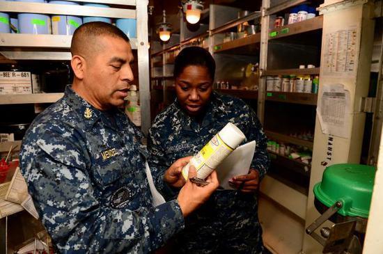 资料图片:美海军后勤军官。(图片来源于网络)