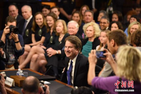 当地时间9月4日,被美国总统特朗普提名担任联邦最高法院大法官的布雷特・卡瓦诺出席参议院司法委员会对他的提名听证会。 中新社记者 邓敏 摄
