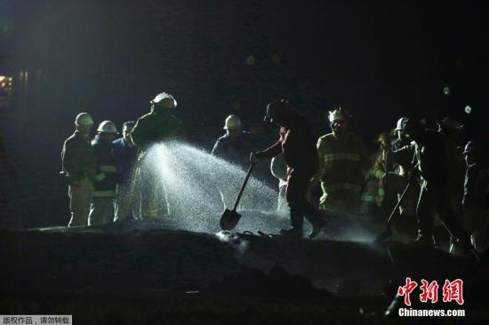 资料图:墨西哥中部伊达尔戈州一段被非法凿开的输油管当地时间1月18日突然发生爆炸,数十人死亡。