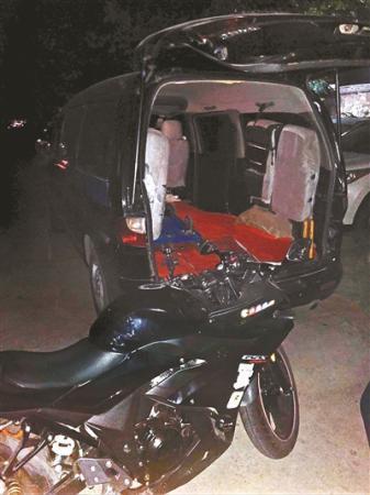 8月27日,徐先生的摩托车差点被货拉拉拉走