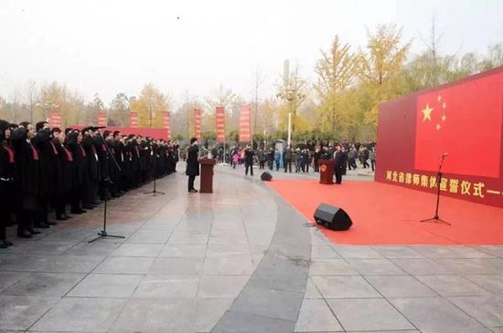 图为河北省司法厅、省律师协会在石家庄市法治广场举行律师集体宣誓。