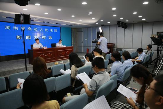 7月10日,湖南高院召开新闻发布会,通报湖南法院依法打击拒不执行判决、裁定违法犯罪行为的工作情况。 湖南法院网 图