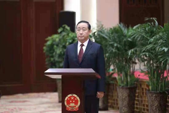 图为司法部部长傅政华出席律师集体宣誓仪式并担任监誓人。