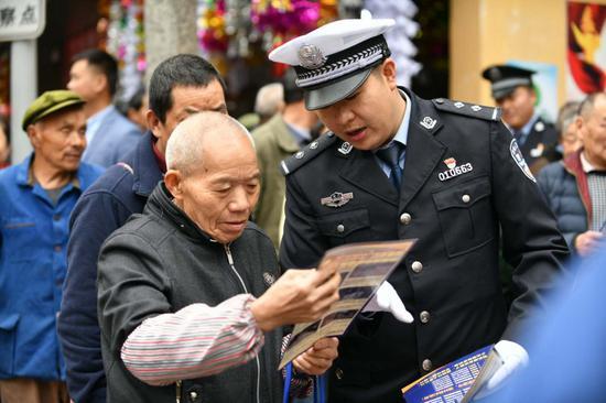 民警在街头向市民进行交通法规宣传