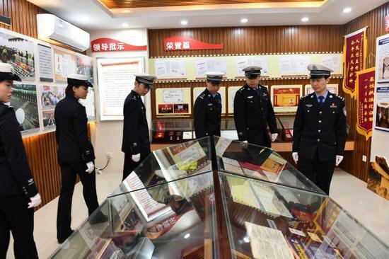 民警参观杨雪峰同志先进事迹陈列室