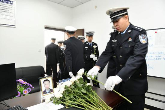民警来到杨雪峰身前办公室献上鲜花