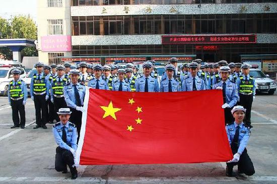 """交警大队开展""""我与国旗同框 誓保大庆安好""""升旗宣誓活动"""