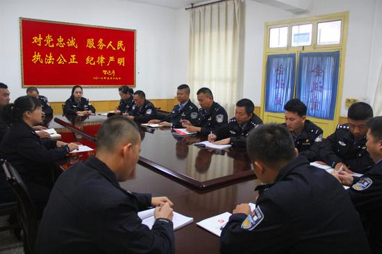 敦煌公安局交警大队党支部召开全体党员大会