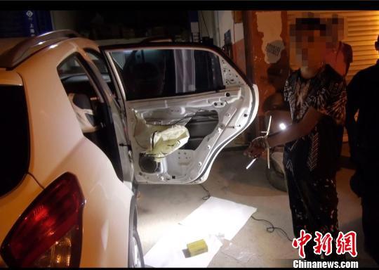 图为犯罪嫌疑人被警方人赃俱获。警方供图