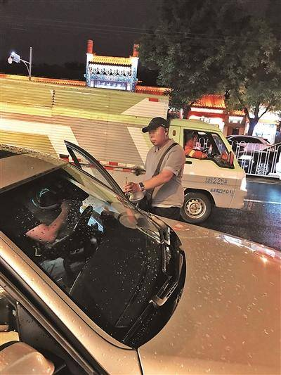 5月19日21点30分,簋街南侧聚点串吧附近,记者停车1小时40分,一名男性收费员收取记者15元停车费