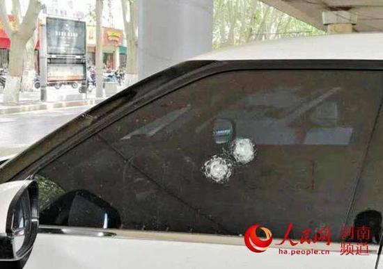 受损的车辆图片由警方提供
