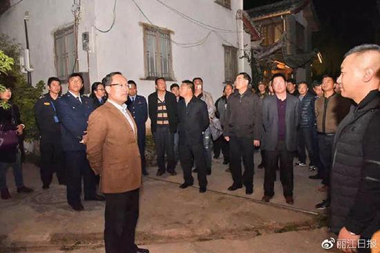 11月12日晚,丽江市长郑艺对特色客栈规范化管理工作进行督查。  微博@丽江日报 图