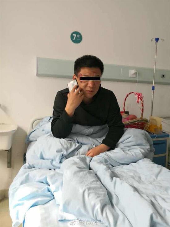 网友发布的图片显示,有警方人员头部受伤在医院接受治疗。
