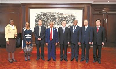 图为周强会见南非共和国首席大法官、宪法法院院长莫洪恩。孙若丰 摄