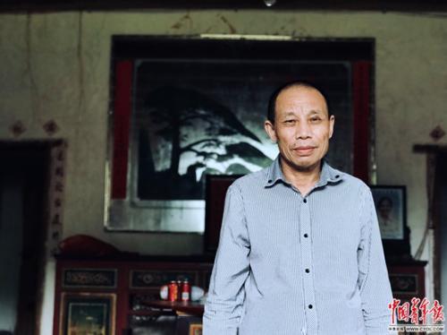 李锦莲站在自家的旧屋中