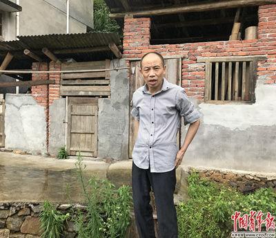 李锦莲站在耕地前