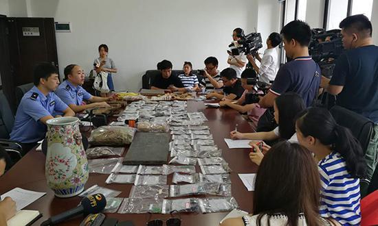专案组成员介绍案情。澎湃新闻记者蒋格伟摄