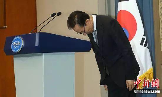 资料图片:2012年7月24日,李明博就兄长和亲信腐败行为向公众致歉。