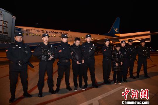 2月6日19时许,重大经济犯罪嫌疑人曾某强、杨某华夫妇在福建泉州警方押解下,抵达泉州晋江国际机场。警方供图