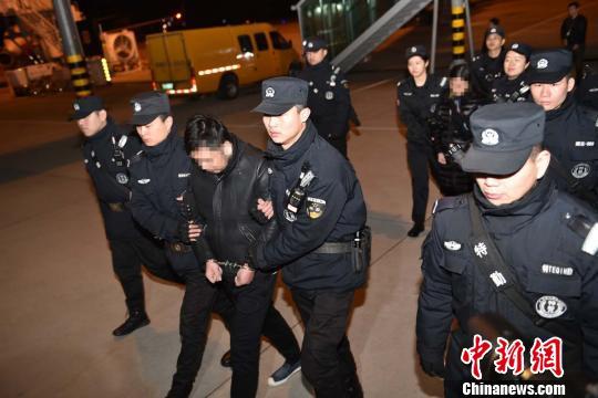出逃越南的犯罪嫌疑人曾某强、杨某华夫妇经中越警方合作抓捕正式归案。警方供图