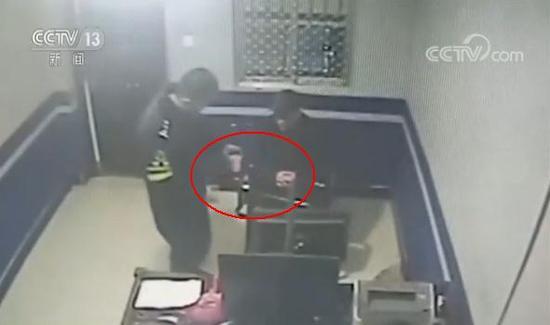 监控显示民警给男子递送热水