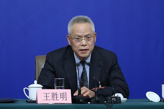 十二届全国人大内司委副主任委员王胜明答记者问。视觉中国 图