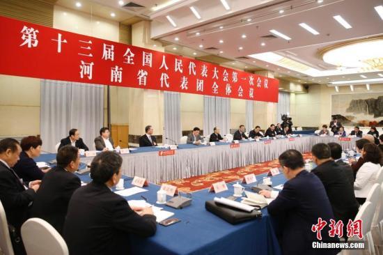 3月12日,全国人大河南省代表团举行小组会议,审议全国人大常委会工作报告。中新社记者 韩海丹 摄