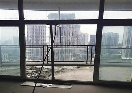 """重庆市江北区一居民楼楼顶架设的""""黑广播""""天线。 受访者 供图"""