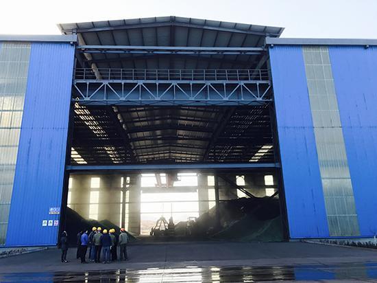 河北省环保厅环境综合执法局执法人员在邯郸一钢铁企业进行环保检查。
