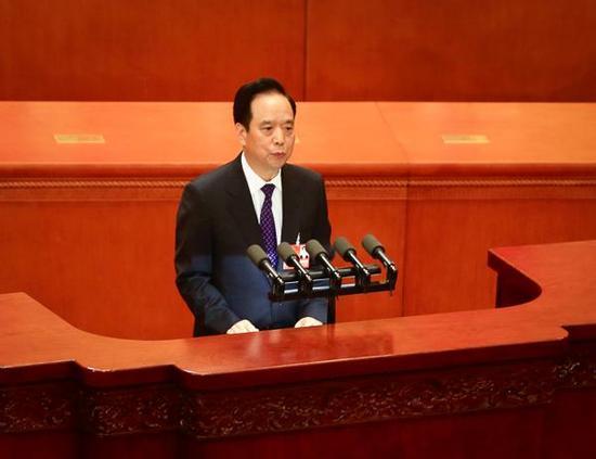 3月13日,全国人大常委会副委员长李建国向十三届全国人大一次会议作关于中华人民共和国监察法草案的说明。 澎湃新闻记者 赵昀 图