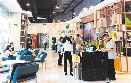 图③ 邮储银行倾力打造的新零售体验中心。(资料图片)