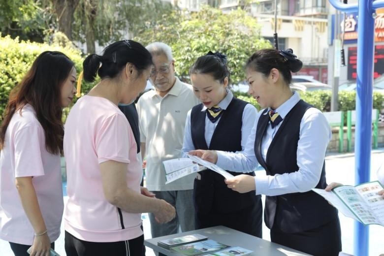 邮储银行北京分行员工进社区送金融知识