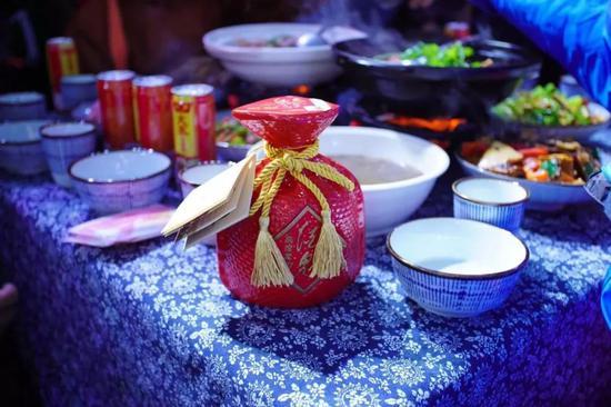活动晚宴上,湘西特色美食与馥郁美酒让人垂涎欲滴(摄影:陈爱民)