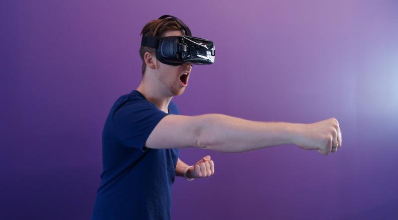 YouTube创始人与朴茨茅斯大学学生合作 制造用于VR游戏的战斗机器人