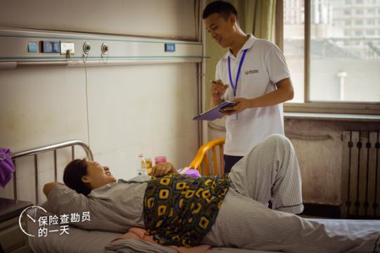 赵伟强在医院探访一位在事故中伤到脚的客户