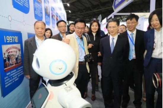 全国政协常委、上海市政协副主席周汉民在主办方领导陪同下视察博览会