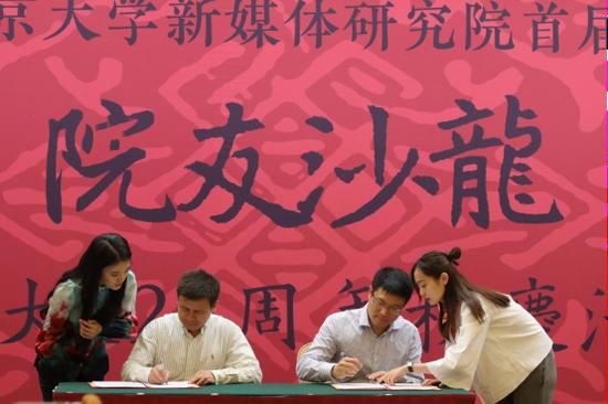 签约仪式:益普索中国董事长兼CEO刘立丰(右)