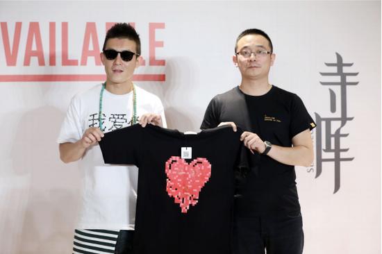 寺库集团CGO任冠军与陈冠希展示联名商品