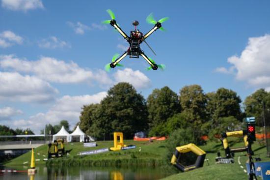 飞行中的竞速无人机