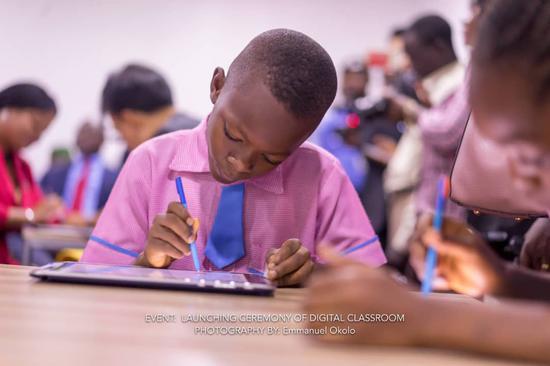 """网龙在尼日利亚首都阿布贾捐建了一间""""智慧教室"""""""