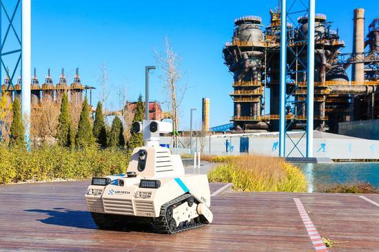 图:优必选智能巡检机器人ATRIS(安巡士)在首钢智慧园区进行测试