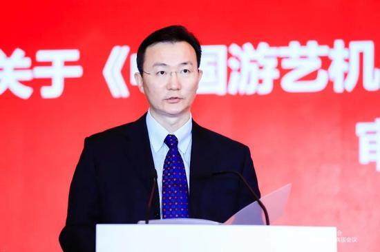 ▲王炜同志宣读《中国游艺机游乐园协会章程》修改意见的说明
