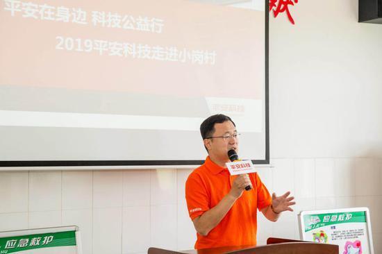 平安智慧医疗智能影像团队负责人吕传峰博士正在为村医、村民们宣讲OCT眼底疾病筛查系统