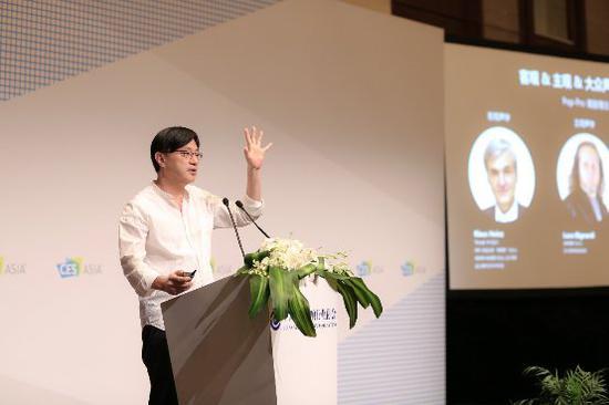 图为谢冠宏在CES音频大会的专题演讲中