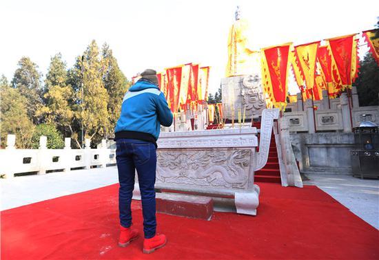 """河南开封:23岁洋小伙""""抢头香""""为家人祈福 称喜欢中国新年"""