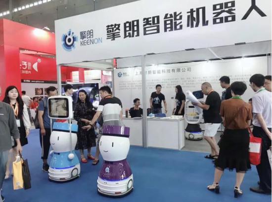 擎朗智能餐饮服务机器人亮相2019年中国国际食品餐饮博览会