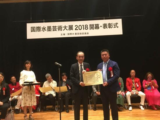 日本前首相田中角荣之子田中京为中国书法家魏云飞颁奖